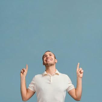 Człowiek wskazując powyżej miejsca na kopię