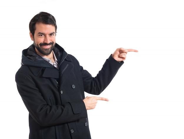 Człowiek wskazujący na boczne