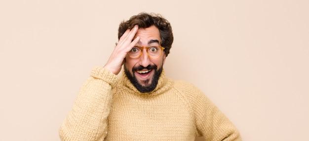 Człowiek wyglądający na szczęśliwego, zdziwionego i zaskoczonego, uśmiechnięty i zdający sobie sprawę z niesamowitych i niewiarygodnych dobrych wiadomości
