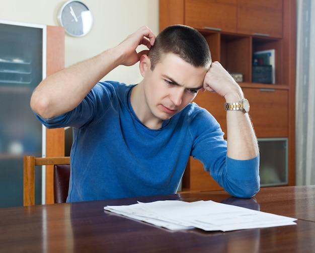 Człowiek wypełnia dokumenty finansowe
