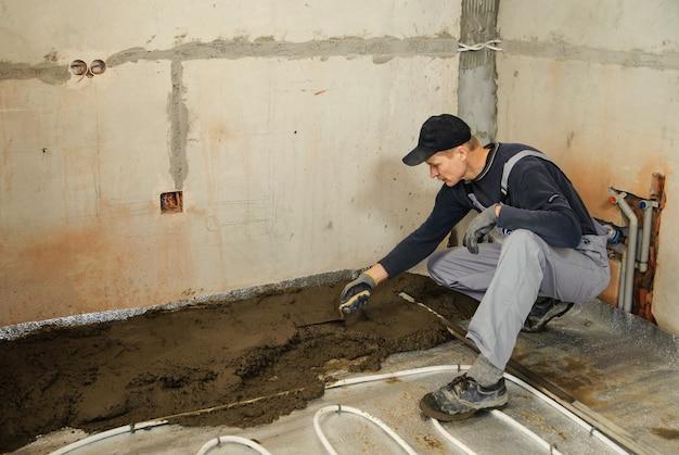 Człowiek wyrównuje beton