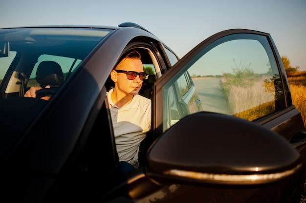 Człowiek wysiada z samochodu