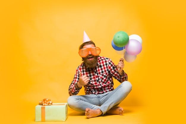 Człowiek z balonami celebracja party człowiek z obecnymi świętami party time święta i
