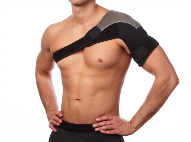 Człowiek z bandażem podtrzymującym na ramieniu