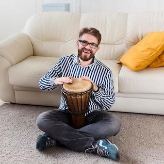 Człowiek z bębnem w domu