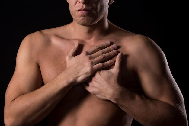 Człowiek z bólem w klatce piersiowej