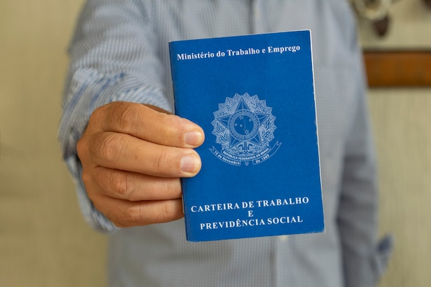 Człowiek z brazylijską kartą pracy. koncepcja zatrudnienia i podwyżki wynagrodzeń.