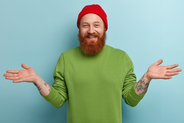Człowiek z brodą imbir na sobie kolorowe ubrania