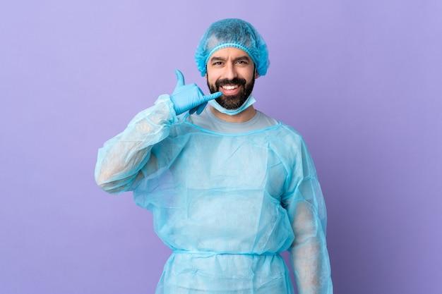 Człowiek z brodą na białym tle