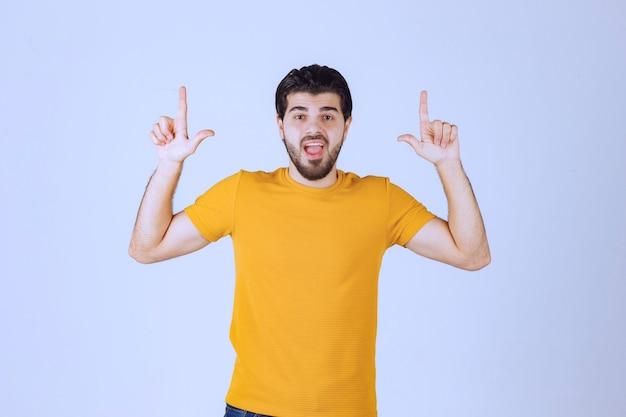 Człowiek z brodą pokazując przegrany znak ręki.