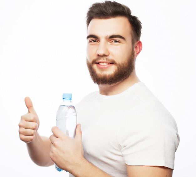 Człowiek z butelką wody