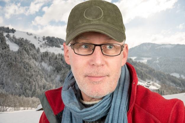 Człowiek z czapką i okularami