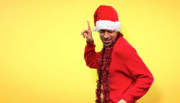Człowiek z czerwonymi ubraniami świętuje świąt bożego narodzenia cieszyć się tańcem