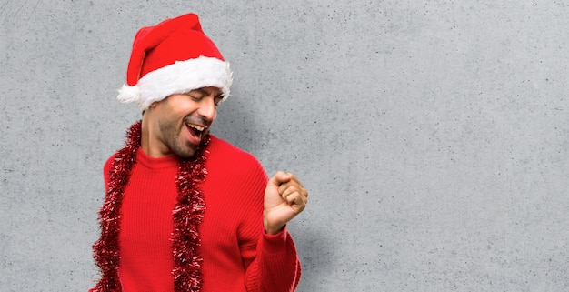 Człowiek z czerwonymi ubraniami świętuje świąt bożego narodzenia cieszyć się taniec podczas słuchania