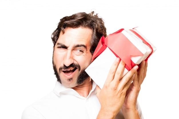 Człowiek z darem w dłoniach próbując się dowiedzieć, co jest w środku