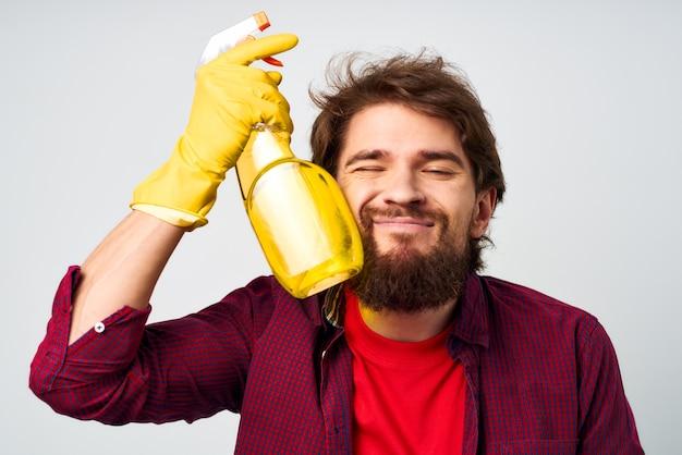 Człowiek z detergentem w gumowych rękawiczkach ręce profesjonalista