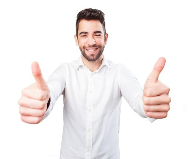 Człowiek z dwoma kciukami w górę