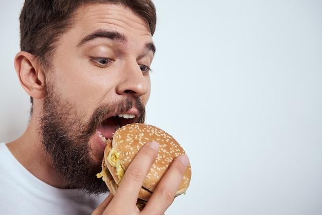 Człowiek z fast foodów fast foodów, burger i frytki