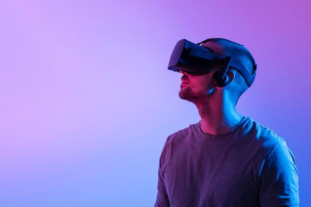 Człowiek z futurystycznym urządzeniem i przestrzenią do kopiowania