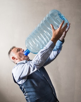 Człowiek z gigantyczną butelką z wodą