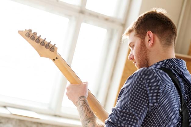 Człowiek z gitarą