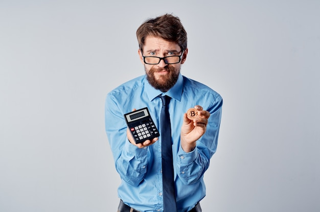 Człowiek z kalkulatorem w ręku menedżer finansów kryptowaluty elektroniczne pieniądze. zdjęcie wysokiej jakości