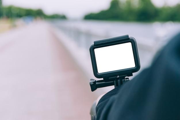 Człowiek z kamerą akcji w ręku