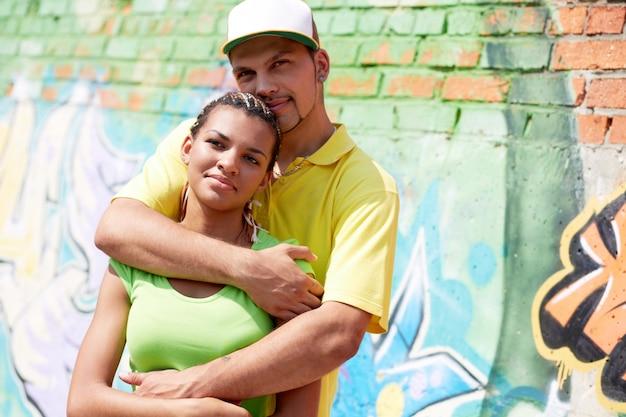 Człowiek z kapelusza przytulając swoją dziewczynę