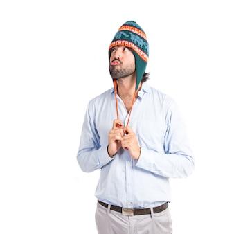 Człowiek z kapeluszem na białym tle