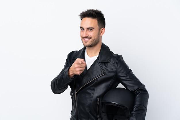 Człowiek z kaskiem motocyklowym, wskazując na przód i uśmiechnięty