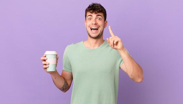 Człowiek z kawą czujący się jak szczęśliwy i podekscytowany geniusz po zrealizowaniu pomysłu, radośnie podnosząc palec, eureka!
