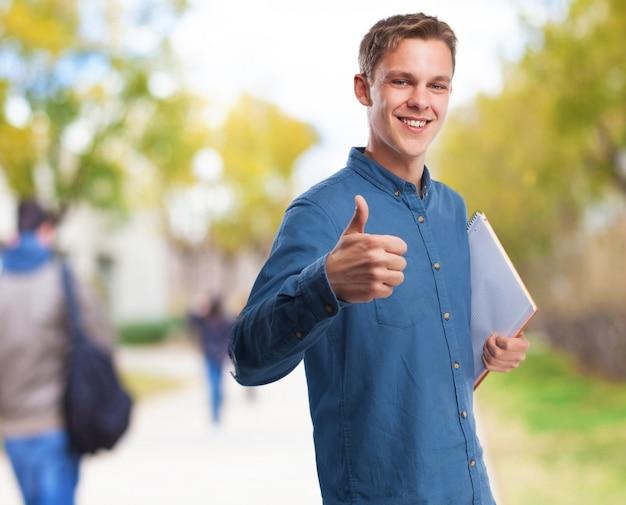 Człowiek z kciuk i notebook