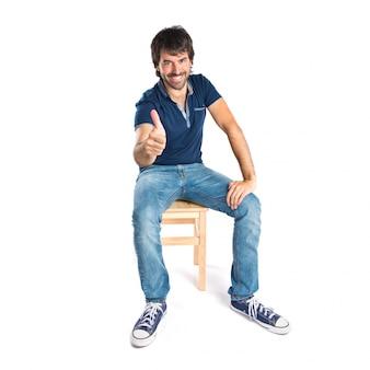Człowiek z kciukiem do góry na białym tle
