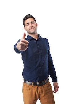 Człowiek z kciukiem do góry