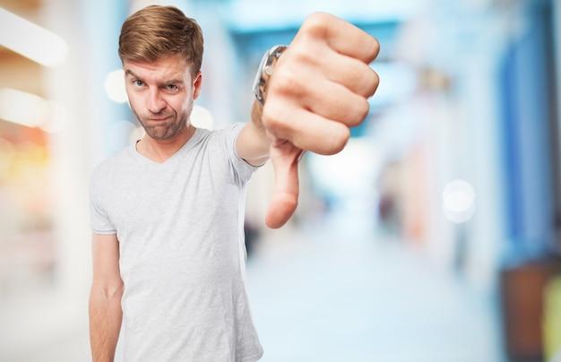 Człowiek z kciukiem w dół
