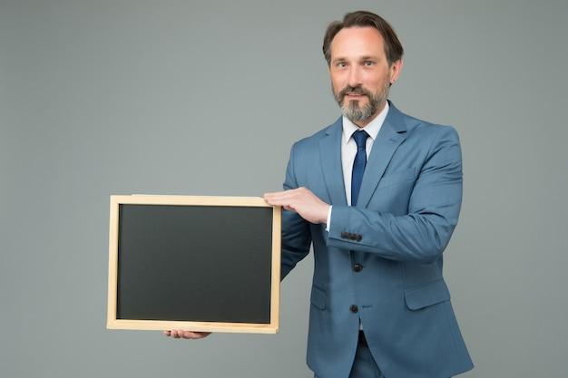 Człowiek z klasą garnitur dyrektor firmy biznesowej pokaż informacje tablica kopia miejsca, zatrudnianie koncepcji personelu.