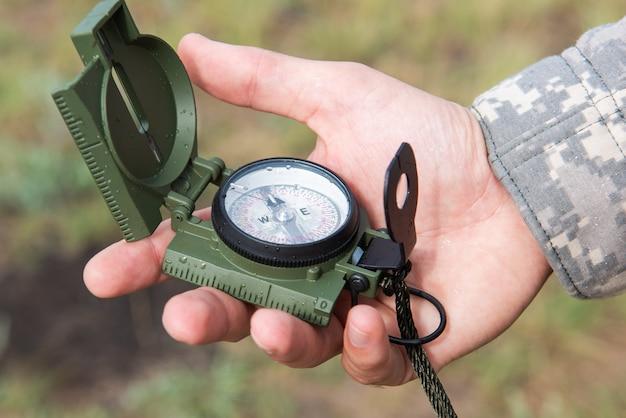 Człowiek z kompasem w ręku na zewnątrz