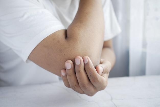 Człowiek z koncepcją łagodzenia bólu łokcia