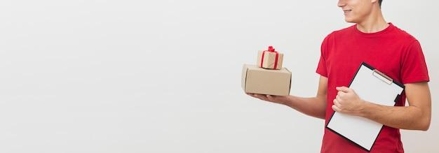Człowiek z kopią miejsca dostawy z pudełkami