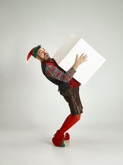 Człowiek z kostium elfa na białym tle