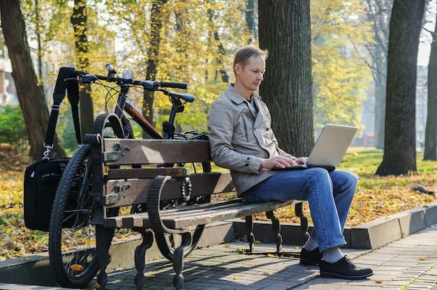 Człowiek z laptopem.
