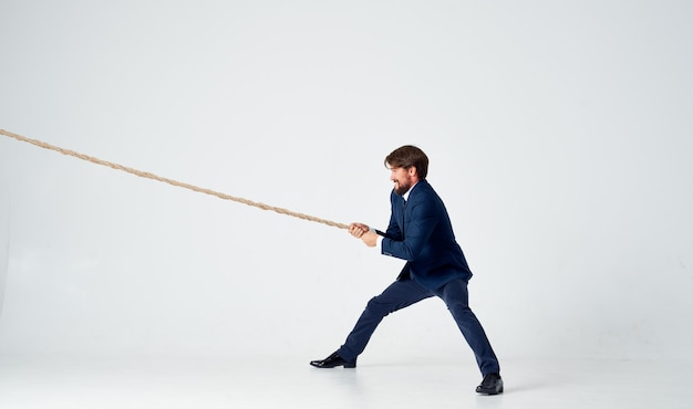 Człowiek z liną w ręku na jasnym tle biznes finanse model reklamy