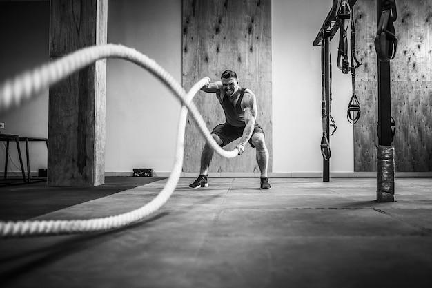 Człowiek z liną w treningu funkcjonalnym