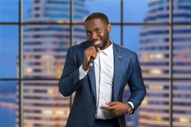 Człowiek z mikrofonem na mieście. wieczorne występy na żywo. amerykańska profesjonalna wokalistka jazzowa.