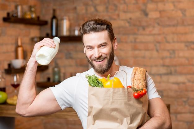 Człowiek z mlekiem i torbą pełną jedzenia