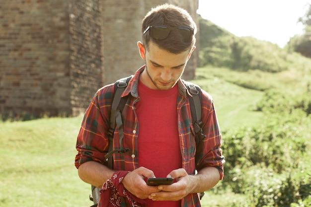 Człowiek z mobilnym podróżowaniem