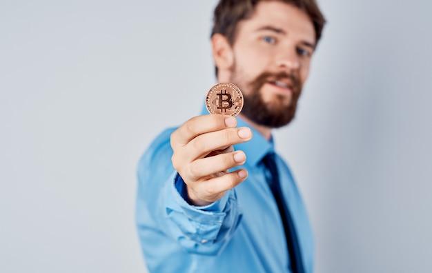 Człowiek z monetą w rękach emocje sukces radość bogactwo kryptowaluta bitcoin.