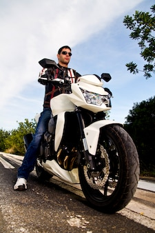 Człowiek z motocyklem