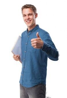 Człowiek z notesu i kciukiem do góry