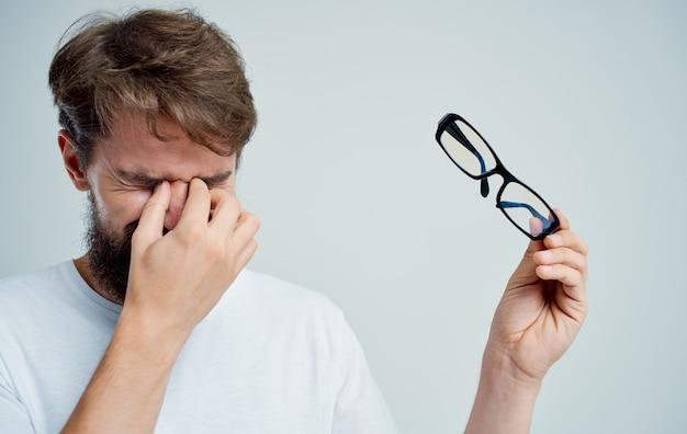 Człowiek z okularami problemy ze wzrokiem krótkowzroczność studio
